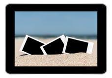 Κενές αναδρομικές στιγμιαίες φωτογραφίες στην άμμο παραλιών Στοκ Φωτογραφίες