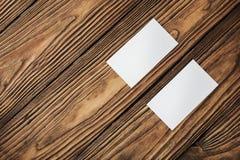 Κενές επαγγελματικές κάρτες στο ξύλινο υπόβαθρο Θέση για την ταυτότητα Στοκ Εικόνες