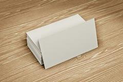 Κενές επαγγελματικές κάρτες στο ξύλινο υπόβαθρο απεικόνιση αποθεμάτων