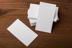 Κενές επαγγελματικές κάρτες στο ξύλινο υπόβαθρο Στοκ φωτογραφίες με δικαίωμα ελεύθερης χρήσης