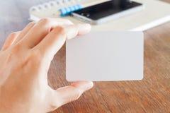 Κενές επαγγελματικές κάρτες λαβής γυναικών Στοκ φωτογραφία με δικαίωμα ελεύθερης χρήσης