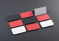 Κενές επαγγελματικές κάρτες με τις στρογγυλευμένες γωνίες σε ένα γκρίζο υπόβαθρο Στοκ φωτογραφία με δικαίωμα ελεύθερης χρήσης