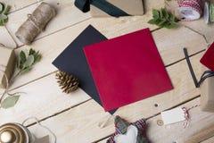 Κενές ευχετήριες κάρτες και διακοσμήσεις Χριστουγέννων στο ξύλινο backgroun Στοκ Εικόνα