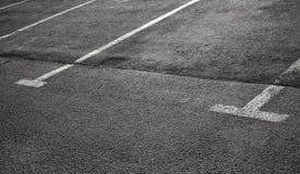 Κενές θέσεις στάθμευσης στη σκοτεινή άσφαλτο Στοκ φωτογραφία με δικαίωμα ελεύθερης χρήσης