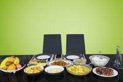 Κενές καρέκλες με τα γεύματα για να σπάσει το γρήγορο στοκ εικόνα