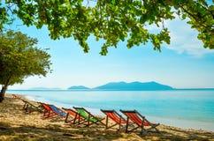 Κενές καρέκλες σαλονιών στη σκιά στην παραλία Νησί παραδείσου για τις διακοπές και τη χαλάρωση στοκ φωτογραφίες