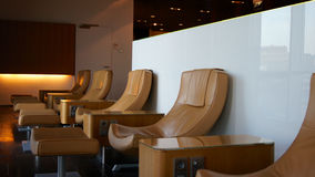 Κενές καρέκλες σε ένα σαλόνι πρώτης θέσης στον αερολιμένα Στοκ Εικόνες