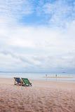 Κενές καρέκλες σε μια παραλία Στοκ φωτογραφία με δικαίωμα ελεύθερης χρήσης