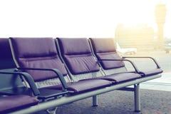Κενές καρέκλες στην αίθουσα αναχώρησης στον αερολιμένα Στοκ Φωτογραφία