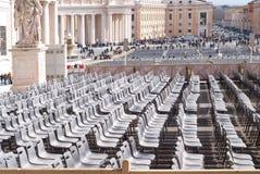 Κενές καρέκλες στην πλατεία Αγίου Peter ` s, Βατικανό, Ρώμη, Ιταλία Στοκ φωτογραφίες με δικαίωμα ελεύθερης χρήσης