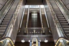 Κενές κυλιόμενες σκάλες στο σταθμό μετρό Στοκ Εικόνα