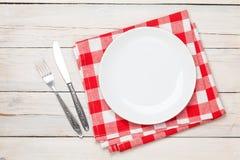 Κενές πιάτο, ασημικές και πετσέτα πέρα από το ξύλινο επιτραπέζιο υπόβαθρο στοκ φωτογραφία με δικαίωμα ελεύθερης χρήσης