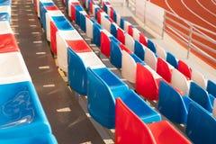 Κενές πλαστικές έδρες στο στάδιο υπαίθριο Στοκ εικόνα με δικαίωμα ελεύθερης χρήσης