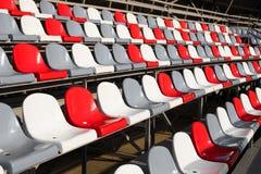 Κενές πλαστικές έδρες στο στάδιο Στοκ φωτογραφία με δικαίωμα ελεύθερης χρήσης