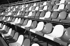 Κενές πλαστικές έδρες στο στάδιο Στοκ Εικόνες