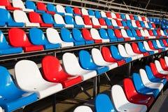 Κενές πλαστικές έδρες στο στάδιο Στοκ Φωτογραφίες