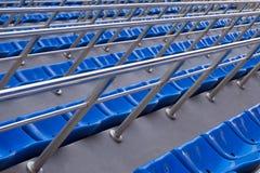 Κενές πλαστικές καρέκλες στις στάσεις του σταδίου Πολλές άδειες θέσεις για τους θεατές στις στάσεις στοκ εικόνες