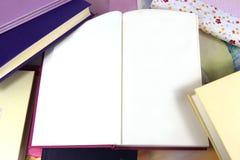 Κενές σελίδες στο ανοικτό βιβλίο στο υπόβαθρο βιβλίων Στοκ φωτογραφίες με δικαίωμα ελεύθερης χρήσης
