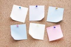 Κενές σημειώσεις και πολύχρωμες πινέζες Στοκ Φωτογραφία