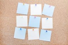 Κενές σημειώσεις και πολύχρωμες πινέζες Στοκ φωτογραφίες με δικαίωμα ελεύθερης χρήσης