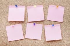 Κενές σημειώσεις και πολύχρωμες πινέζες Στοκ φωτογραφία με δικαίωμα ελεύθερης χρήσης