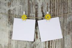 Κενές σημειώσεις που κρεμούν με ένα clothespin στοκ φωτογραφίες