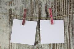 Κενές σημειώσεις που κρεμούν με ένα clothespin στοκ εικόνα με δικαίωμα ελεύθερης χρήσης