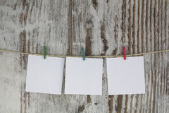 Κενές σημειώσεις που κρεμούν με ένα clothespin στοκ εικόνες