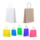 Κενές τσάντες αγορών καθορισμένες Άσπρος, ζωηρόχρωμος, χαρτόνι Σύνολο για τη διαφήμιση και το μαρκάρισμα Συσκευασία προτύπων Στοκ εικόνες με δικαίωμα ελεύθερης χρήσης