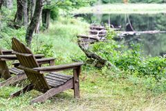 Κενές υπαίθριες καρέκλες Adirondack Στοκ Εικόνες