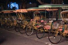 Κενές χαρακτηριστικές κινεζικές δίτροχες χειράμαξες στην οδό νύχτας του Μακάο στοκ εικόνες