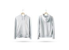 Κενή άσπρη ένωση συνόλου προτύπων μπλουζών στην ξύλινη κρεμάστρα Στοκ φωτογραφία με δικαίωμα ελεύθερης χρήσης