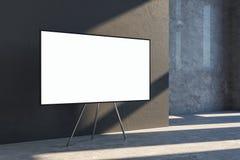 Κενή άσπρη αφίσα στο τρίποδο ελεύθερη απεικόνιση δικαιώματος