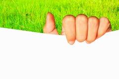Κενή άσπρη επιχείρηση εγγράφου πινάκων εκμετάλλευσης χεριών έφηβη prese Στοκ Εικόνες
