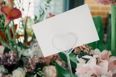 Κενή άσπρη ευχετήρια κάρτα με τα λουλούδια Στοκ φωτογραφία με δικαίωμα ελεύθερης χρήσης