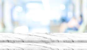 Κενή άσπρη μαρμάρινη επιτραπέζια κορυφή βημάτων με τον ασθενή θαμπάδων που περιμένει  Στοκ Εικόνες