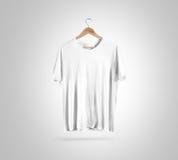 Κενή άσπρη μπλούζα στην κρεμάστρα, πρότυπο σχεδίου, πορεία ψαλιδίσματος Στοκ φωτογραφία με δικαίωμα ελεύθερης χρήσης