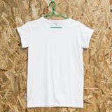 Κενή άσπρη μπλούζα στο ξύλινο υπόβαθρο Στοκ Εικόνες