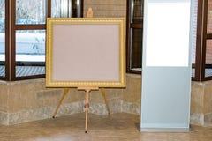 Κενή άσπρη οθόνη στο εσωτερικό και κενή στάση στο πλαίσιο εικόνων για το κείμενο, στοκ εικόνες