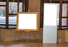 Κενή άσπρη οθόνη στο εσωτερικό και κενή στάση στο πλαίσιο εικόνων για το κείμενο, στοκ φωτογραφία με δικαίωμα ελεύθερης χρήσης
