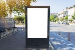 Κενή άσπρη χλεύη επάνω του κάθετου ελαφριού πίνακα διαφημίσεων κιβωτίων στην οδό πόλεων στοκ φωτογραφίες