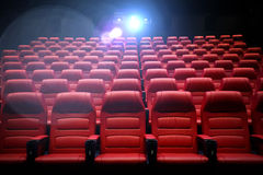 Κενή αίθουσα συνεδριάσεων κινηματογραφικών αιθουσών με τα καθίσματα Στοκ Εικόνα