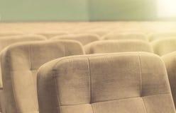 Κενή αίθουσα συνεδριάσεων με τις μπεζ καρέκλες, το θέατρο ή τη αίθουσα συνδιαλέξεων Στοκ Φωτογραφίες