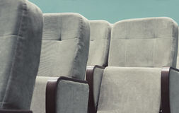 Κενή αίθουσα συνεδριάσεων με τις μπεζ καρέκλες, το θέατρο ή τη αίθουσα συνδιαλέξεων Στοκ φωτογραφίες με δικαίωμα ελεύθερης χρήσης