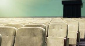 Κενή αίθουσα συνεδριάσεων με τις μπεζ καρέκλες, το θέατρο ή τη αίθουσα συνδιαλέξεων Στοκ εικόνα με δικαίωμα ελεύθερης χρήσης