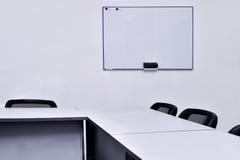 Κενή αίθουσα συνεδριάσεων στο γραφείο με τους πίνακες και τις καρέκλες Στοκ εικόνες με δικαίωμα ελεύθερης χρήσης