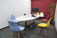 Κενή αίθουσα συνεδριάσεων των γραφείων στοκ εικόνα με δικαίωμα ελεύθερης χρήσης