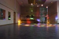 Κενή αίθουσα χορού με τα χρωματισμένα φω'τα/την αίθουσα χορού Στοκ Εικόνες