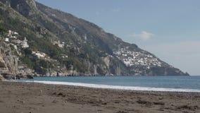 Κενή ακτή Positano την ηλιόλουστη ημέρα απόθεμα βίντεο