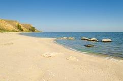 Κενή αμμώδης παραλία και η θάλασσα Στοκ φωτογραφία με δικαίωμα ελεύθερης χρήσης